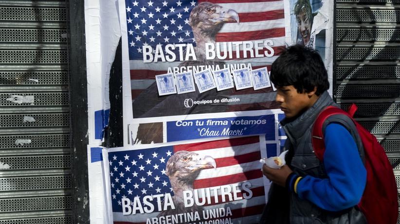 """Hedgefonds-Streit: Ein Plakat gegen """"Geier-Fonds"""" in Buenos Aires, gemeint sind amerikanische Hedgefonds."""
