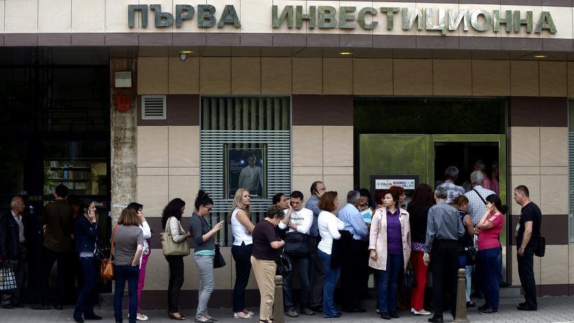 Bank: In Sofia stehen Bankkunden Schlange vor der FIBank, Bulgarien
