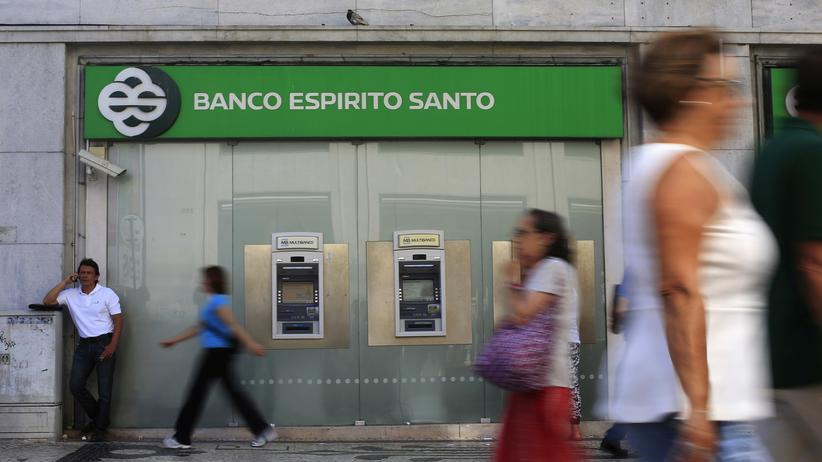 Passanten gehen an der angeschlagenen portugiesischen Banco Espirito Santo (BES) in Lissabon vorbei, Juli 2014.