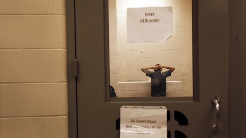 Illegale Einwanderer werden in der Grenzstation in McAllen, Texas, befragt.