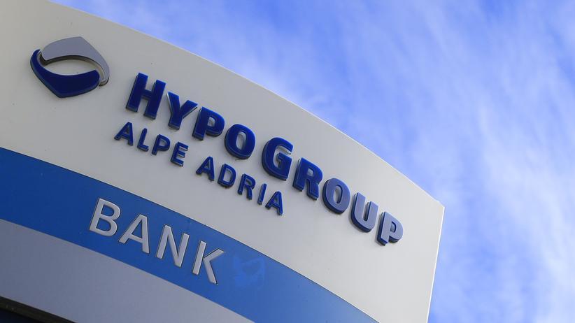 Logo der Bank Hypo Alpe Adria vor einer Filiale in Klagenfurt, Österreich
