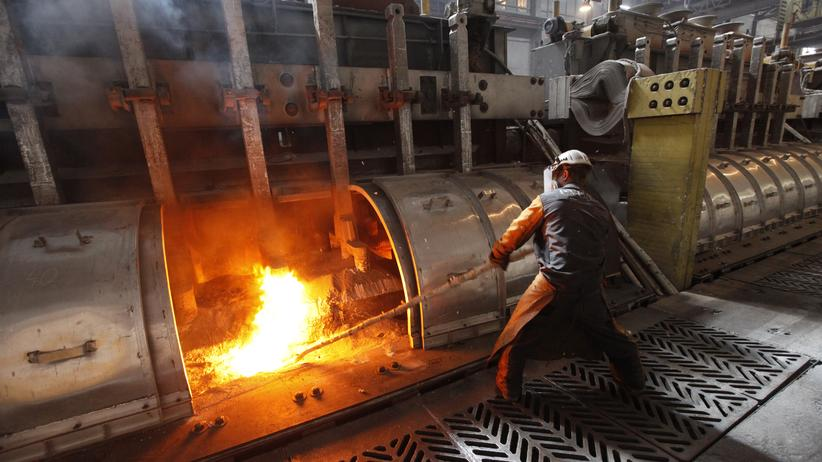Sanktionen: A worker operates an electrolysis furnace, which produces aluminium from raw materials, at the Rusal Krasnoyarsk aluminium smelter in the Siberian city of Krasnoyarsk, May 18, 2011. The Krasnoyarsk smelter accounts for 24% of aluminium production in Russia and for 2.5% of global output, according to the company. REUTERS/Ilya Naymushin (RUSSIA - Tags: BUSINESS)