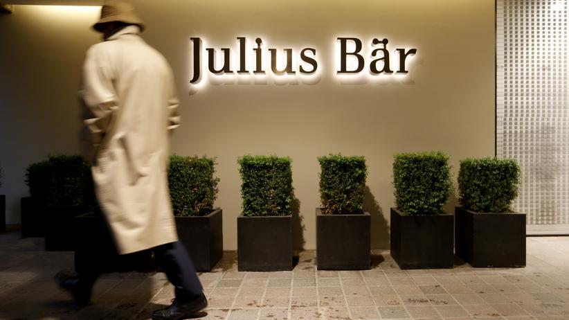 Ein Mann läuft an einer Filiale von Julius Bär in Zürich vorbei