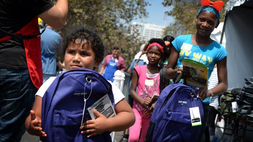 Einkommensverteilung: Mädchen in Los Angeles. Eine Wohltätigkeitsorganisation verteilte dort Anfang August Rucksäcke mit Schulutensilien an Kinder aus armen Familien.