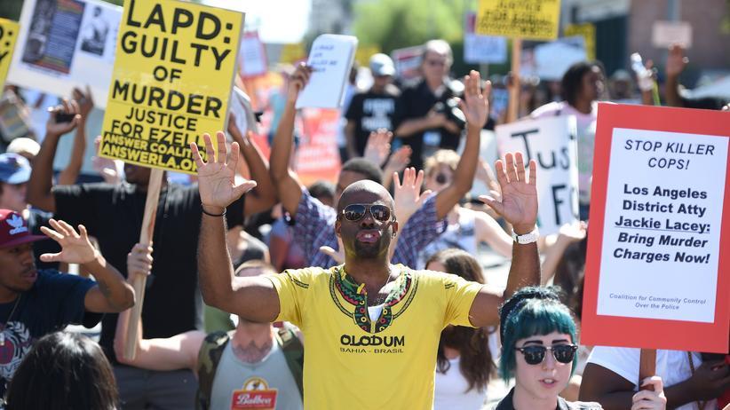 Schwarze in den USA: Demonstranten protestieren am 17. August vor dem Hauptquartier der Polizei von Los Angeles gegen die tödlichen Schüsse auf den Afroamerikaner Ezell Ford.