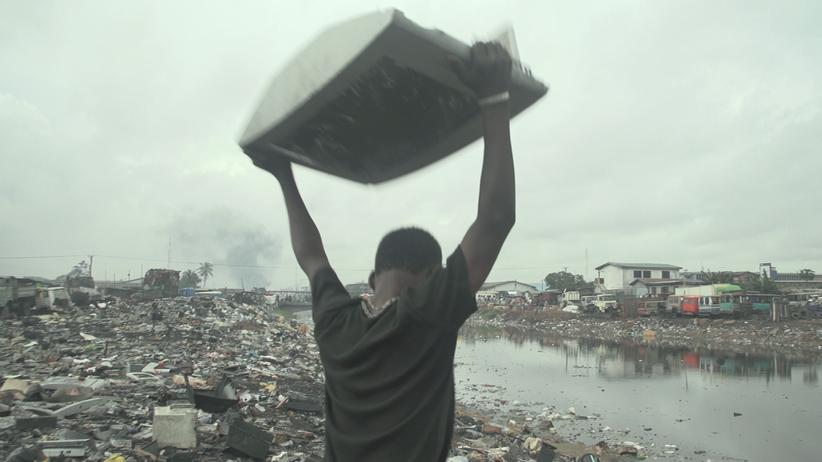 Ein Arbeiter zertrümmert einen alten Monitor: auf der Müllhalde Agbogbloshie in Ghana.