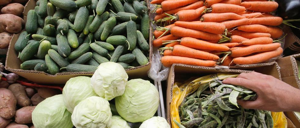 Gemüse an einem Markt im russischen St. Petersburg (Archivbild)
