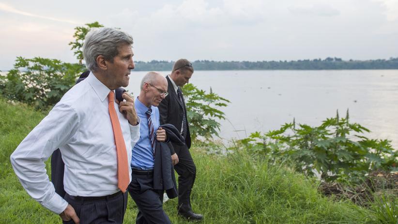Außenminister auf Werbetour: John Kerry (links) im Mai 2014 am Kongofluss in der Nähe von Kinshasa,