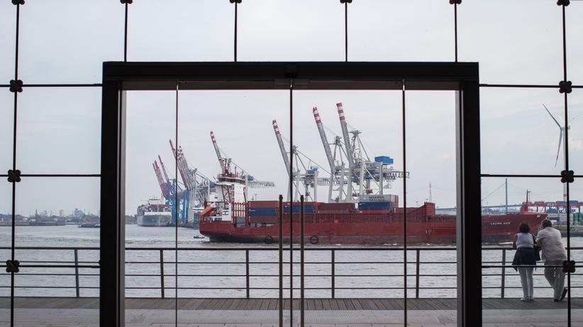 Ein Containerschiff im Hamburger Hafen