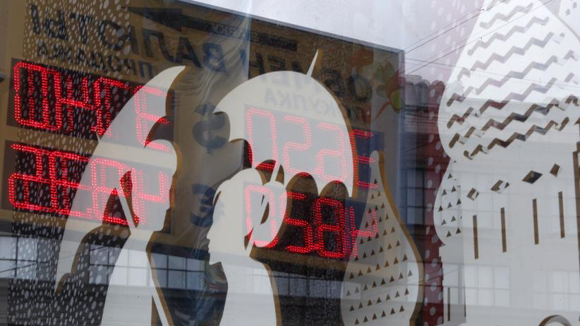 Ukraine-Konflikt: Anzeigetafel mit Wechselkursen in Moskau
