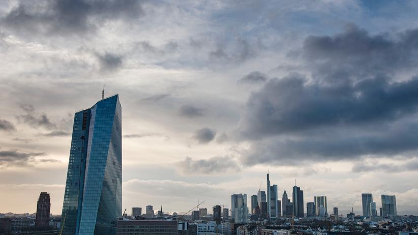 EZB: Blick über den Neubau der Europäischen Zentralbank auf das Finanzviertel von Frankfurt am Main