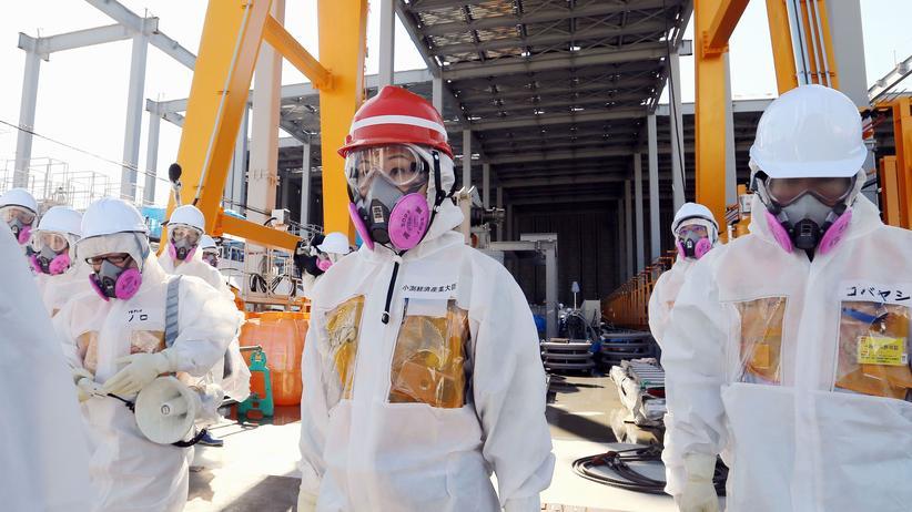Atomkraft: Japans neuer Wirtschaftsminister Yuko Obuchi (Mitte) vor wenigen Wochen im Schutzanzug bei einem Besuch des Kernkraftwerks Fukushima Daiichi