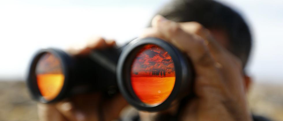 Ein Kurde beobachtet aus der Ferne dem Kampf um die irakische Stadt Kobani.