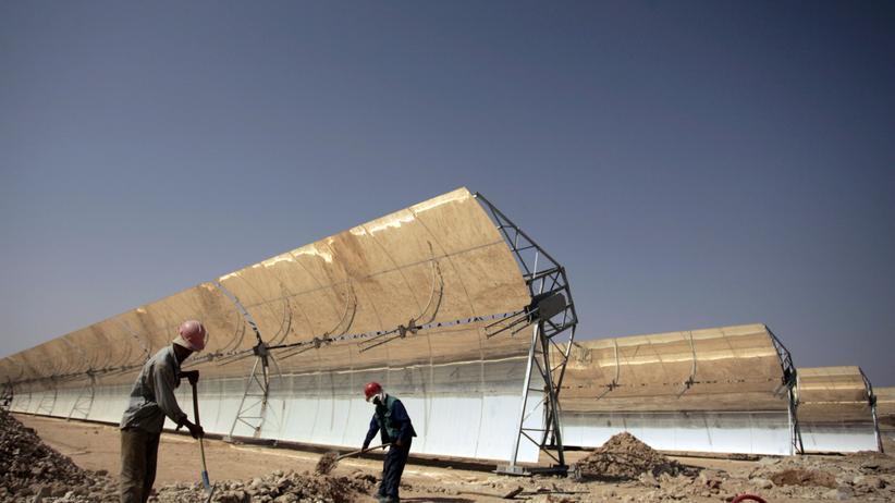 Erneuerbare Energien: Bau einer Solaranlage für das Wüstenstromprojekt Desertec in Marokko