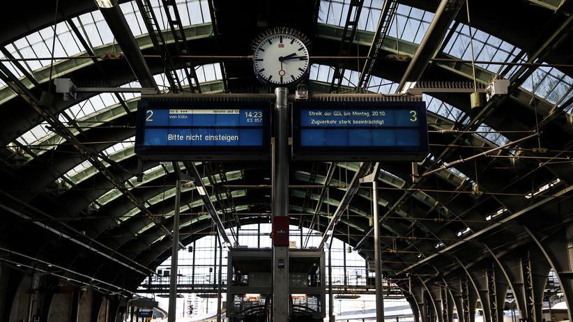 Deutsche Bahn: Die Lokführergewerkschaft GDL will am Montag über weitere Streiks abstimmen.