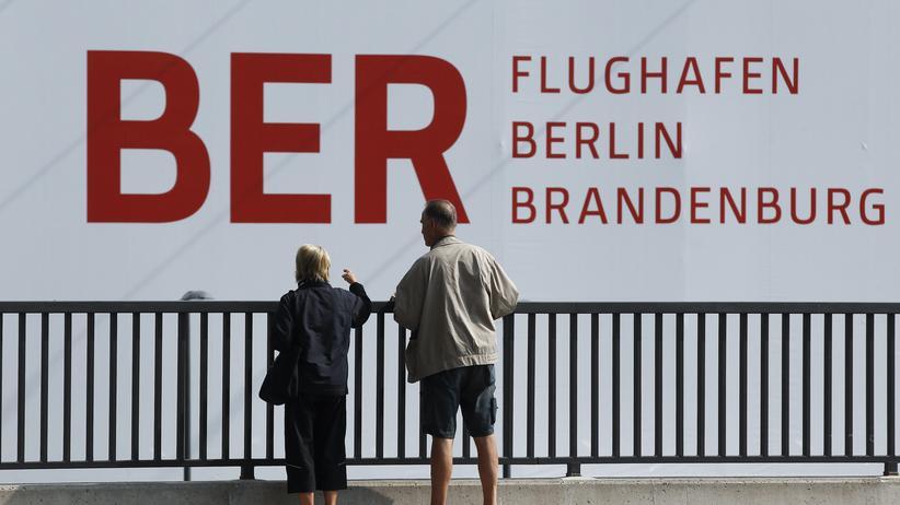 Passanten am BER in Schönefeld