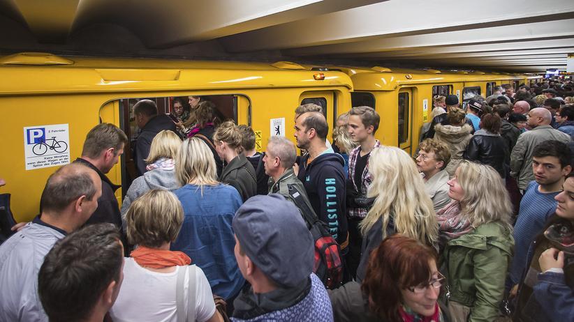 Überfüllte U-Bahnen am Alexanderplatz in Berlin während ein Lokführerstreik die Züge der Deutschen Bahn lahmlegte