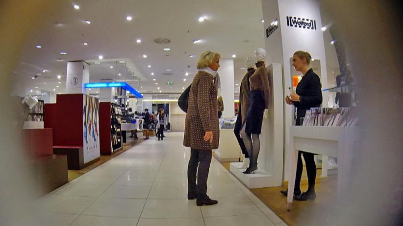 Einzelhandel: Die Autorin (rechts) als getarnte Verkäuferin in einem Hamburger Kaufhaus