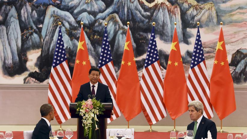 Klimapolitik: Chinas Präsident Xi Jinping spricht während eines Banketts auf dem Apec-Gipfel in Peking, US-Präsident Barack Obama (links) und Außenminister John Kerry hören zu.