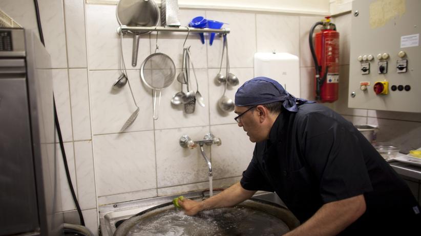 Sozialstaat: Der Spanier Jose Manuel A. arbeitet in einem Restaurant in München.