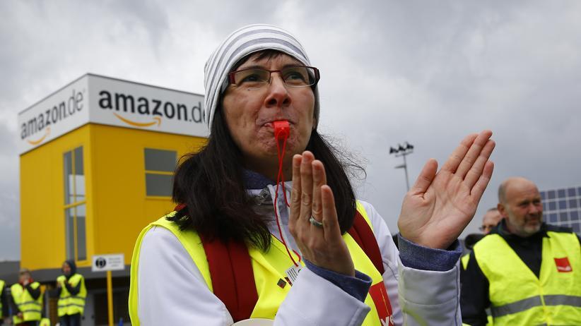 Tarifstreit: Amazon-Angestellte und Verdi-Mitglieder während eines Streiks in Bad Hersfeld (Archiv).