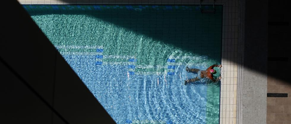 Ein Mann schwimmt in einem Pool in einem amerikanischen Luxushotel.