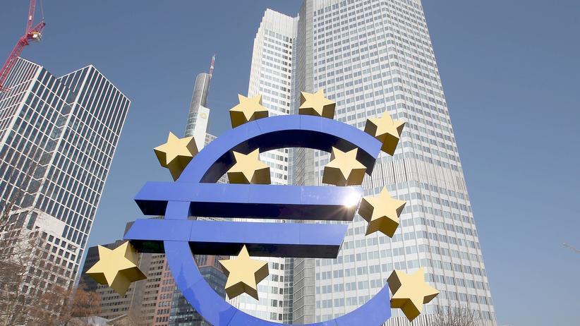 Eurozone: Das Euro-Logo vor der Europäischen Zentralbank in Frankfurt am Main