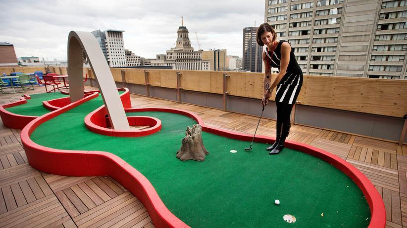 Apple und Google: Eine Google-Mitarbeiterin spielt Minigolf auf dem Dach des Büros in Toronto.