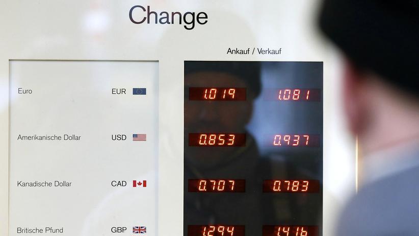 Eine Tafel mit Wechselkursen in der Schweizer Hauptstadt Bern