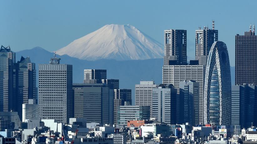 Tokio: Die Skyline von Shinjuku, Tokio; im Hintergrund der Berg Fuji