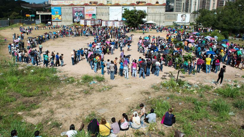 Venezuela vor dem Bankrott: Stundenlang Schlange stehen für ein Hühnchen