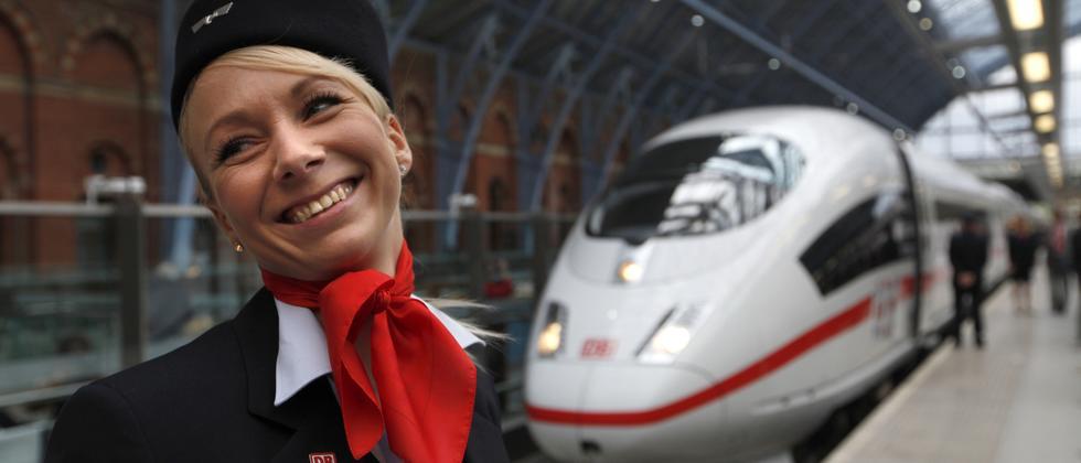 Mitarbeiterin der Deutschen Bahn in einem ICE