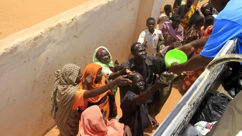 Menschen im Sudan erhalten Lebensmittel.