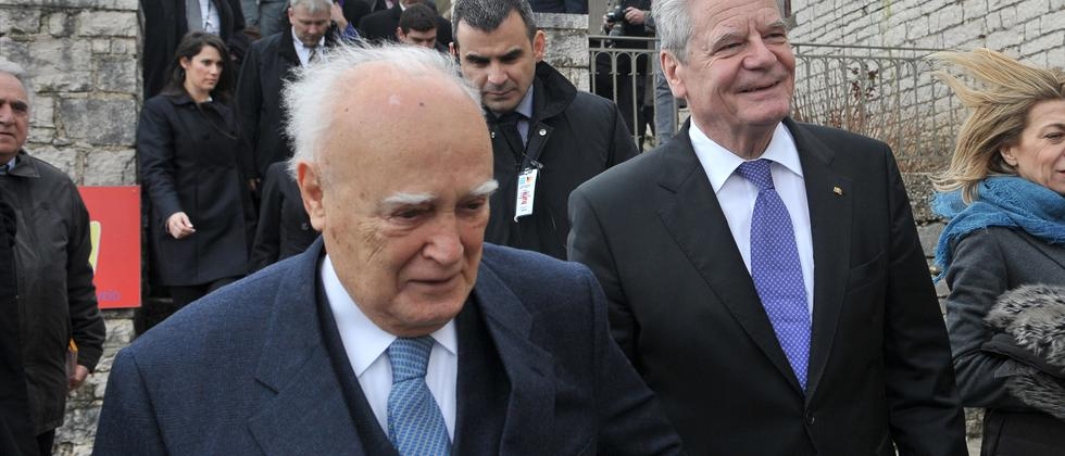 Freundschaftssymbolik: Joachim Gauck und Griechenlands Ex-Präsident Karolos Papoulias
