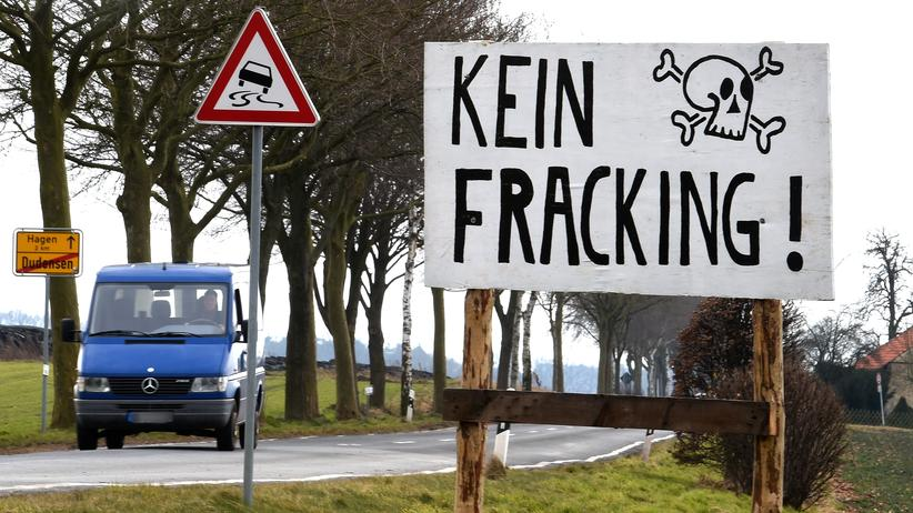 """Ein Transparent mit der Aufschrift """"Kein Fracking!"""" steht an der Ortsgrenze von Dudensen bei Neustadt am Rübenberge (Niedersachsen)."""