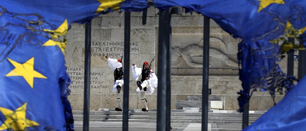 Eine kaputte EU-Flagge weht auf dem Syntagmaplatz in Athen