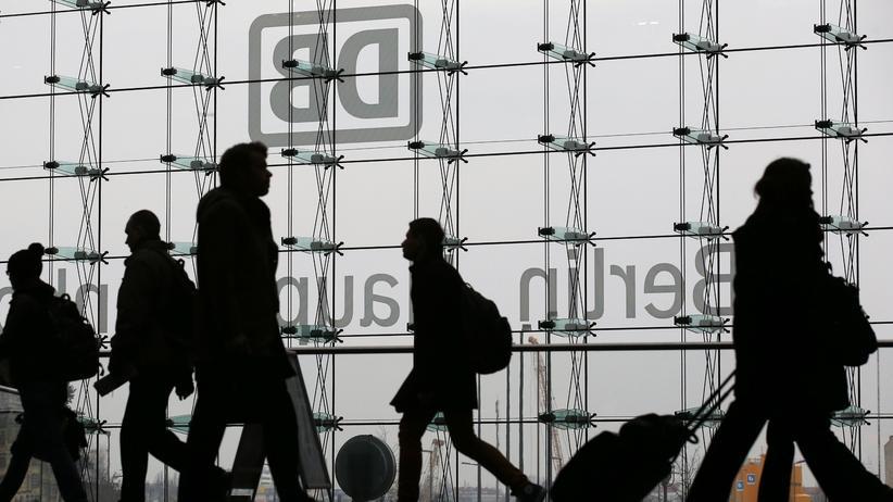 Streik: Reisende am Berliner Hauptbahnhof