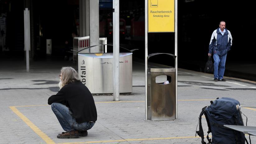 Deutsche Bahn: Passagiere warten am Hamburger Hauptbahnhof