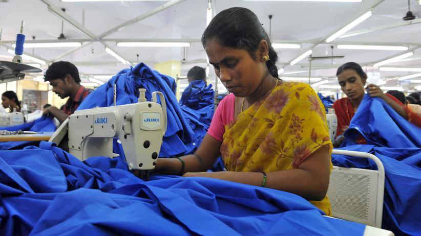 Bekleidung: Eine Näherin in Bangalore
