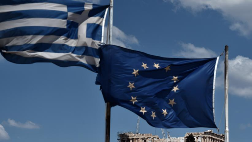 Flaggen über dem Parthenon-Tempel auf der Akropolis in Athen