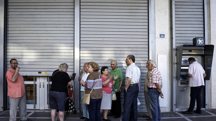 Vor einer geschlossenen Filiale der National Bank of Greece