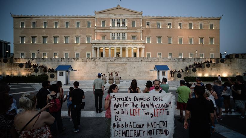 """Griechenland: """"Syriza-Abgeordnete, stimmt nicht für das neue Memorandum. Das ist das einzig Linke, was bleibt"""", steht auf dem Banner dieser Demonstranten vor dem Athener Parlament."""