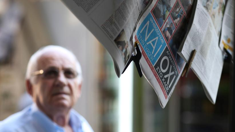 Die Wörter Ja (nai) und Nein (oxi) in einer griechischen Zeitung an einem Kiosk in Athen