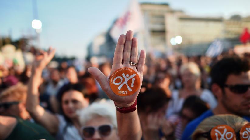 """Griechenland: Demonstranten in Athen mit """"Nein""""-Aufklebern auf ihren Händen"""