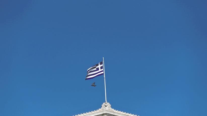 Die griechische Flagge weht über dem Parlament in Athen.