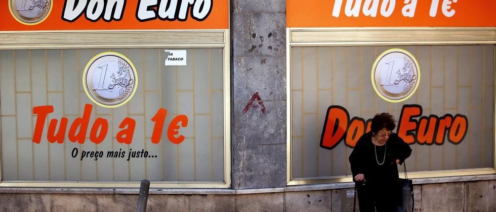 Eine Frau vor einem Geschäft in Lissabon