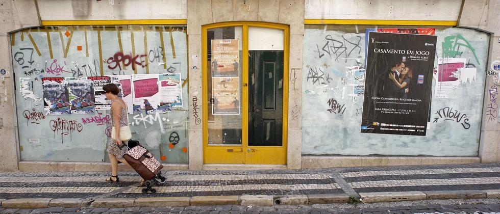 Ein geschlossenes Geschäft im Zentrum von Lissabon