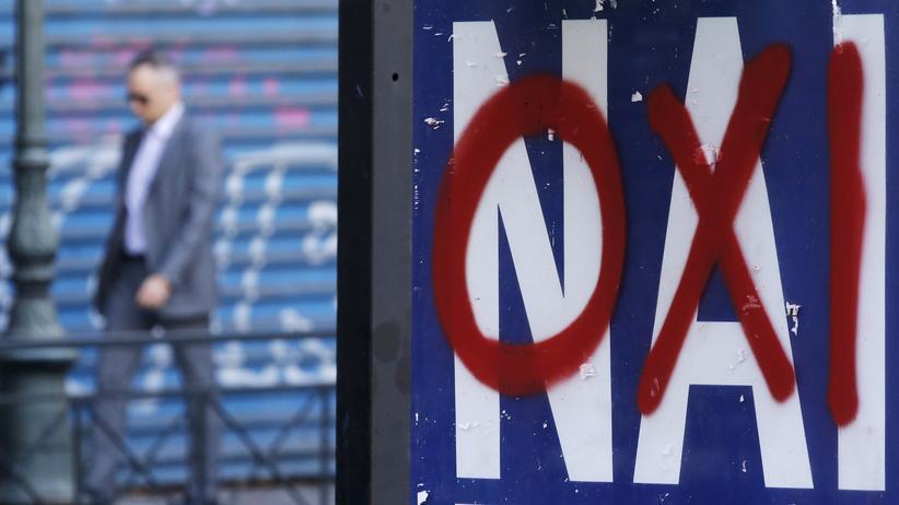"""Ein Referendums-Plakat auf dem das """"Ja"""" (Nai) mit Nein (Oxi) überschrieben wurde."""