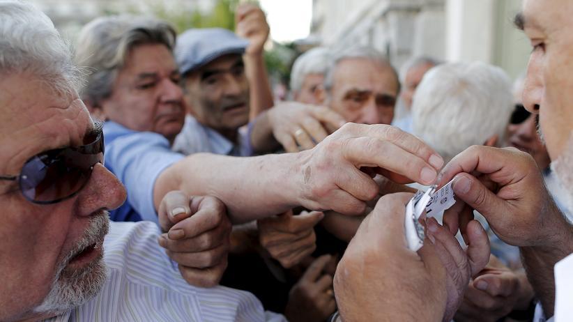 Griechenland: Rentner in Athen müssen vor einer Bank Nummern ziehen, bevor sie Geld von ihren Konten abheben können.