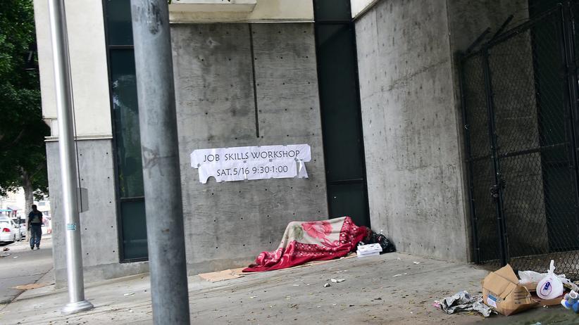 Armut: Ein Obdachloser schläft auf dem Bürgersteig in Los Angles.